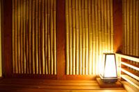 竹壁の和室と照明