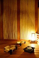 照明が点る竹壁の和室