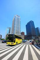 東京駅前丸の内ビル群とはとバス