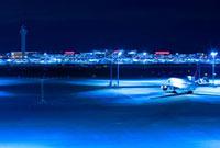 羽田空港国際線ターミナルビルの飛行機と管制塔の夜景