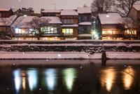 雪の降る主計町茶屋街の夜景
