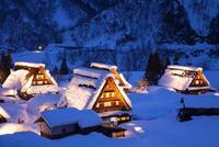 雪の積もった五箇山の菅沼合掌集落の夜景