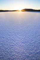 凍りついたイナリ湖の日の出