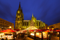 ケルン大聖堂の夜景とクリスマスマーケット 01010018544| 写真素材・ストックフォト・画像・イラスト素材|アマナイメージズ
