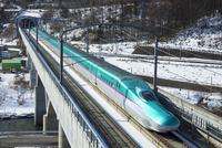 冬の東北新幹線はやぶさ 01010019099  写真素材・ストックフォト・画像・イラスト素材 アマナイメージズ
