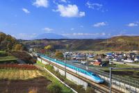岩手山をバックに走る東北新幹線はやぶさと紅葉