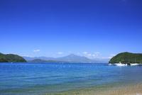 猪苗代湖と磐梯山 01010026760| 写真素材・ストックフォト・画像・イラスト素材|アマナイメージズ