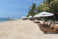 パラソルが並ぶサヌールビーチ 01016012672  写真素材・ストックフォト・画像・イラスト素材 アマナイメージズ