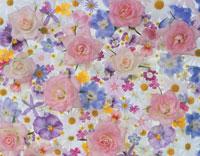 一面に散らばるバラやパンジーなどの花