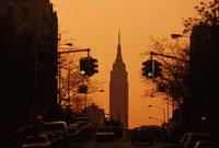 信号とエンパイヤステートビルのシルエット NY アメリカ 01063000124| 写真素材・ストックフォト・画像・イラスト素材|アマナイメージズ