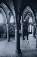 モンサンミシェル教会と女性 ノルマンディ地方 フランス 01068002981| 写真素材・ストックフォト・画像・イラスト素材|アマナイメージズ