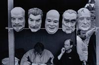 政治家達のお面と3人の外国人男性 モスクワ 01068003044| 写真素材・ストックフォト・画像・イラスト素材|アマナイメージズ