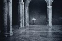 サンタンブロージュ大聖堂と2人の人 ミラノ イタリア 01068004083| 写真素材・ストックフォト・画像・イラスト素材|アマナイメージズ