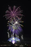 神明の花火の新たな門出に花束を 01071013124| 写真素材・ストックフォト・画像・イラスト素材|アマナイメージズ