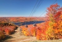 トランブラン山のゴンドラとトランブラン湖 01072013534| 写真素材・ストックフォト・画像・イラスト素材|アマナイメージズ