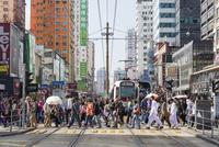 元郎の街並みと軽鉄 01072027006| 写真素材・ストックフォト・画像・イラスト素材|アマナイメージズ