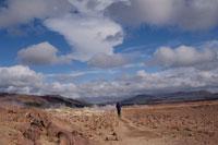 湖畔をハイキングする女性の後ろ姿 アイスランド 01081000209| 写真素材・ストックフォト・画像・イラスト素材|アマナイメージズ
