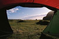 テント内から見た平原 ヘイマエイ島 アイスランド 01081000228| 写真素材・ストックフォト・画像・イラスト素材|アマナイメージズ