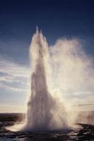 間欠泉の吹上 ゲイシール アイスランド 01081000235| 写真素材・ストックフォト・画像・イラスト素材|アマナイメージズ