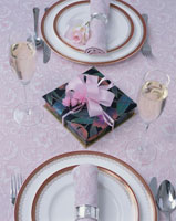 プレゼントとテーブルセッティング 01085011774| 写真素材・ストックフォト・画像・イラスト素材|アマナイメージズ