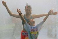 水を浴びる2人の子供