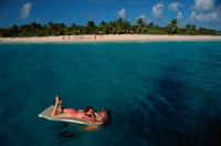 ビーチマットで遊ぶ外国人カップル ヴァージン諸島