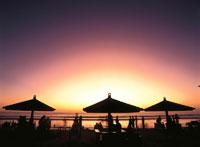夕景のクタビーチのパラソルのシルエット バリ島 インドネシア
