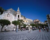 4月9日広場の風景と教会 タオルミーナ シチリア島 イタリア
