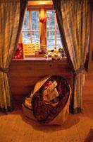 窓辺に置かれたプレゼント トムテランド ムーラ スウェーデン