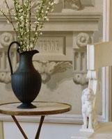 黒い花瓶に生けられた白い花とイスの飾り 01142004521| 写真素材・ストックフォト・画像・イラスト素材|アマナイメージズ