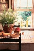 窓辺の花の置かれたテーブル