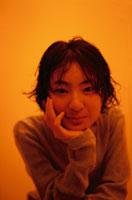 ほおづえする中学1年の日本人の女の子