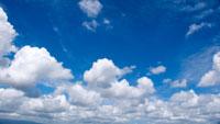 夏空と白い雲 01143045061| 写真素材・ストックフォト・画像・イラスト素材|アマナイメージズ