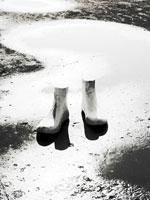 木で作られた足のオブジェ 01143045164| 写真素材・ストックフォト・画像・イラスト素材|アマナイメージズ