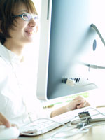 オフィスのパソコンで仕事をする女性