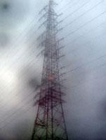 雨の送電線