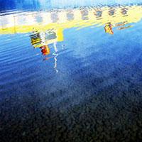 初秋の湖面に映る遊覧船
