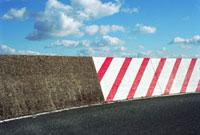 防波堤道路の警告標識