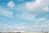 田園を走る下りの東海道新幹線 01143045443| 写真素材・ストックフォト・画像・イラスト素材|アマナイメージズ