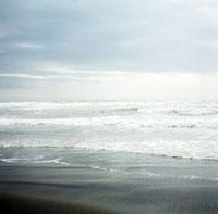 荒天の辻堂海岸の白い波