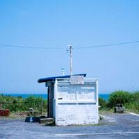 海岸駐車場の小屋と白い看板