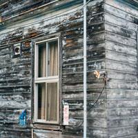 古い木造の建物の窓