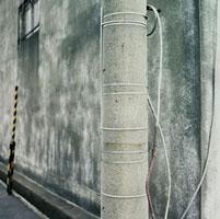 電柱と古い倉庫の壁面