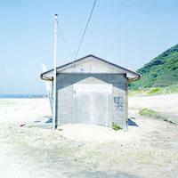 砂浜に建てられたトイレ