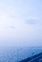 早朝の海ほたるから望む東京湾千葉方向