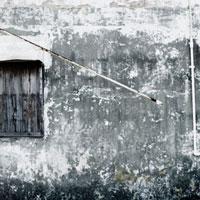 漁港内の廃屋