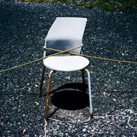 海岸駐車場をロープで仕切っている古い椅子