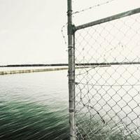 突堤を遮る侵入防止柵