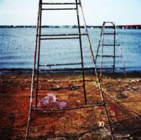 ペンキに汚れた造船所の脚立