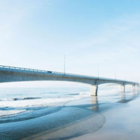 海岸を走る日立バイパス(6号線)の橋脚